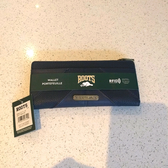 NWT navy blue wallet by Roots🍀🍀🍀